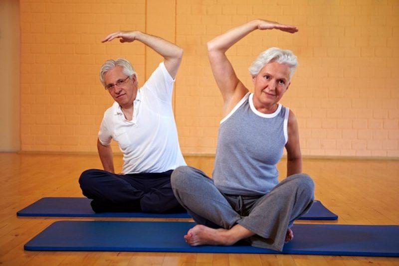 les seniors s'entretiennent avec des cours de pilates